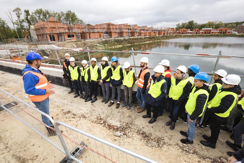 les collégiens visitent un chantier de construction