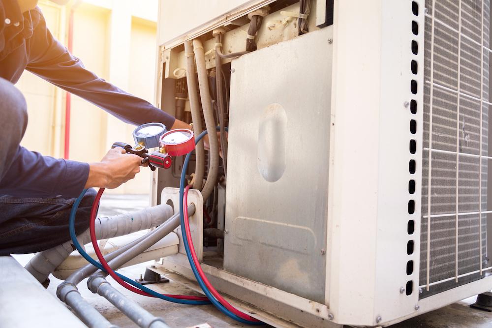 technicien froid conditionnement air en exercice