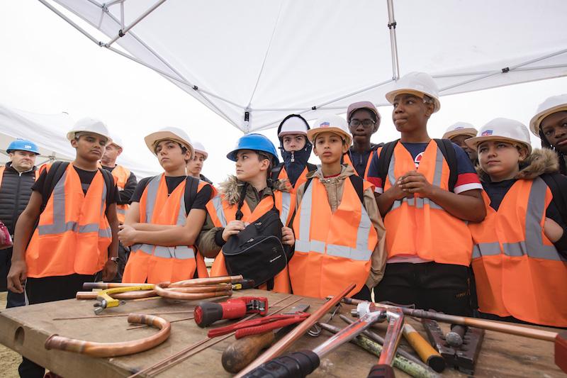 Visite de collégiens sur un chantier